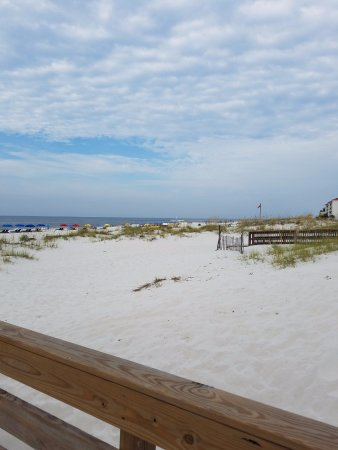 Hilton Garden Inn Orange Beach: on the walkway to the beachfront
