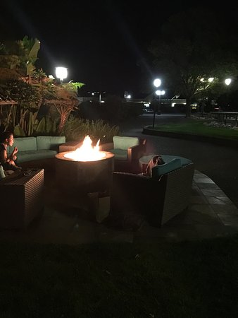 Corte Madera, Kaliforniya: Cozy fire pit setting for romantic cool evenings.