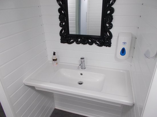Mortehoe, UK: One of a series of sinks - absolutely spotless!
