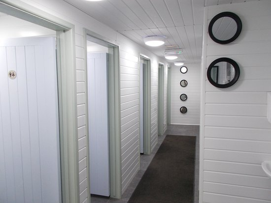Mortehoe, UK: Showers, and toilet cubicles - spotless!