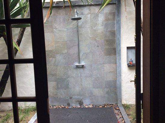 لاكاز كاماريل إكسكلوسف لودج: Outside shower in all lodges