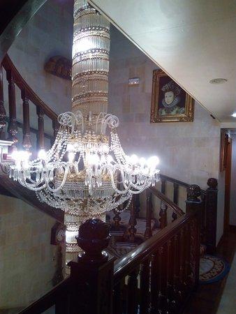 Hotel II Virrey: Lámpara de la entrada y el primer piso.
