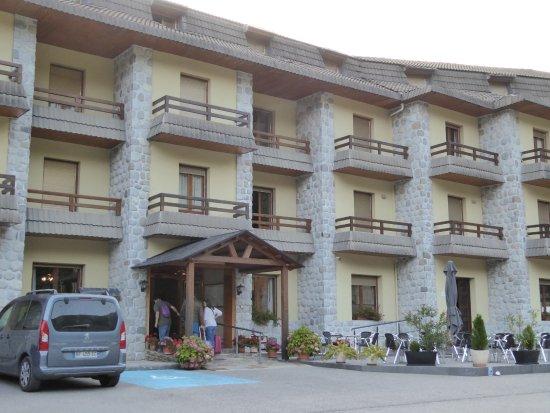 Hotel Bielsa: Front entrance.