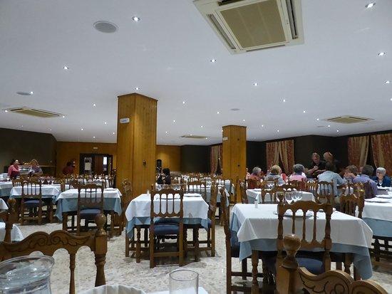 Hotel Bielsa: Very large eating area.