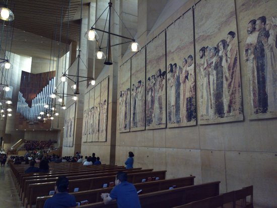 Cathedral of Our Lady of the Angels: Arazzi laterali ed organo