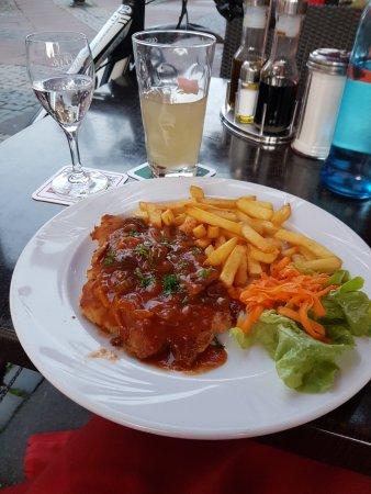 Wirtschaft Zur Brucke: Schnitzel mit Zigeunersauce (steht so auf Schild) Pommes (mit Salat) für nur 8 EUR. Wirklich lec