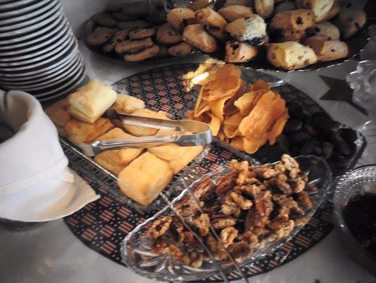 Julian Gold Rush Hotel: Afternoon tea - dried mangoes, home baked walnuts by one of the owner's daughter was very yummy.