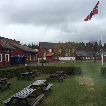 Jevnaker, Norvège : View of the grounds outside the cafe (it was a rainy day, so nobody was outside)