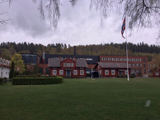 Jevnaker, Norwegia: Factory in back with shops in the foreground