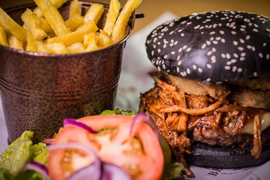 Bexhill-on-Sea, UK: Pulled pork burger with charcoal bun