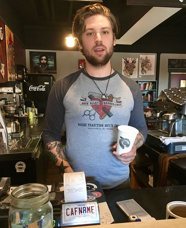 Welland, Canadá: black sheep coffee cup in hand
