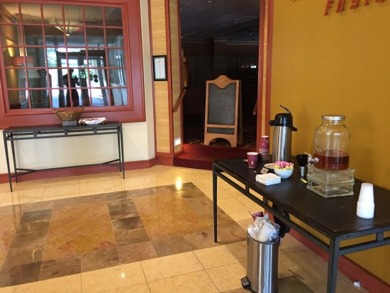 """Red Lion Hotel Hartford: """"Full Complimentary Continental Breakfast"""""""