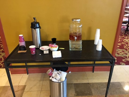 Red Lion Hotel Hartford: Feast on this wonderful continental breakfast