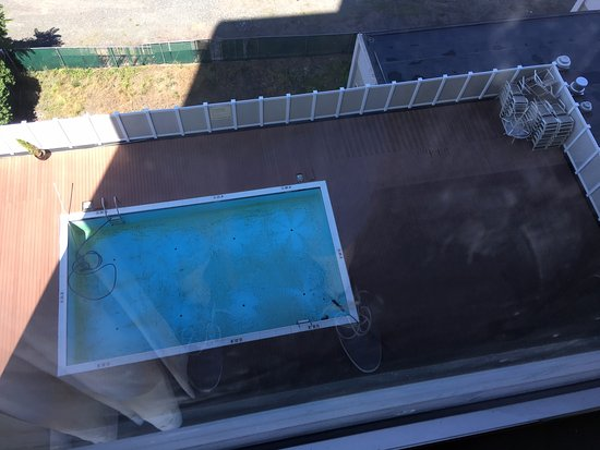 Red Lion Hotel Hartford: Pool closed in July-no prior notice given to guests