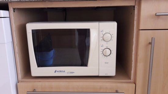 SG Group Barcelona Apartments: Old small Microwave oven put at the place of a former bigger one with knob broken