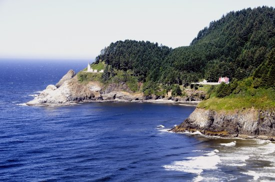 Heceta Head Lighthouse: To the right you can see the lighthouse keepers house, now a bed and breakfast inn.