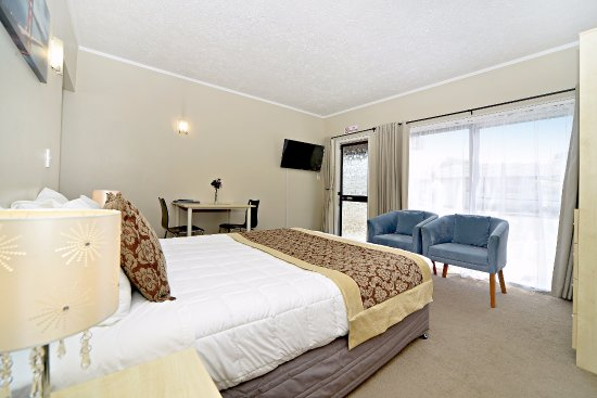 Takapuna Motor Lodge: Studio provides spacious accommodation for a couple, comprise a queen bed in the shared lounge a