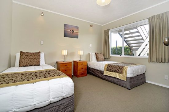 Takapuna Motor Lodge 2 Bedroom Apartment Includes A Queen Size Bed In One And