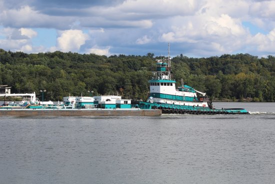 Kingston, NY: tug boat doing it job on the river
