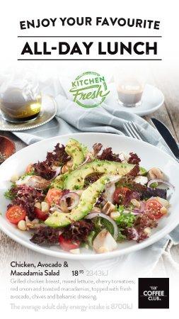 Coolum Beach, Австралия: Chicken, Avocado & Macadamia Salad $18.95