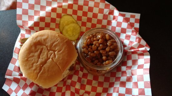 ‪‪Richmond‬, ‪Indiana‬: Pulled pork lunch special with baked beans‬