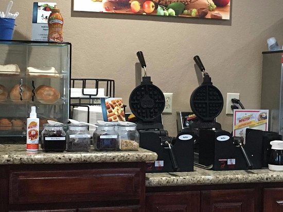 Best Western Miner's Inn: Waffle makers with toppings.