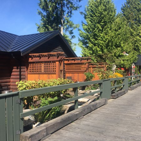 Port Renfrew, Канада: Private little gardens decorate the cabin entrances