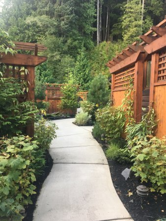 Port Renfrew, Канада: Walkways to the cottages and around the property