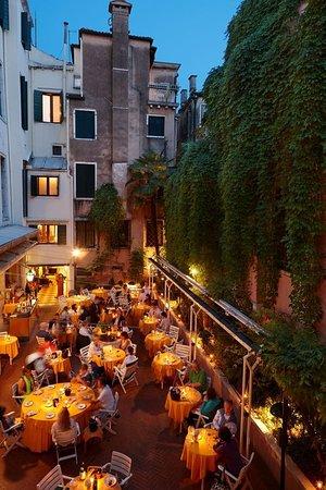 Hotel Saturnia & International: Restaurant Courtyard