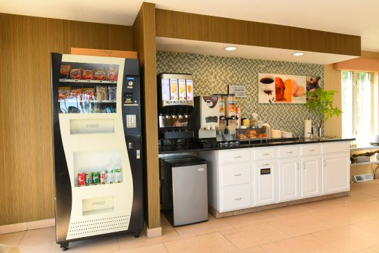 Capital Inn & Suites: Complimentary breakfast! As well as a guest vending machine.