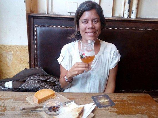 La Mort Subite: en el clasico bar Mort subit deleitandome con la atencion, tabla de quesos y las buenas cervezas