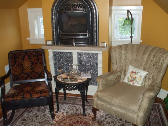 Ann Bean Mansion B&B: This is the cozy sitting area we enjoyed so much.