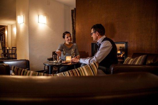 Scuol, Switzerland: Cheminée Bar