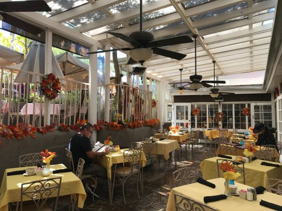 Chimayo, NM: outdoor dinning area