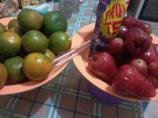 Purbalingga, อินโดนีเซีย: Hasil petik buah di Bogar (jeruk,jambu citra & dapat bonus minuman buah kemasan)
