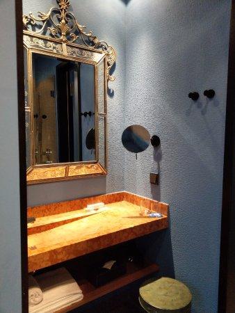 25hours Hotel The Trip: schlichtes Badezimmer