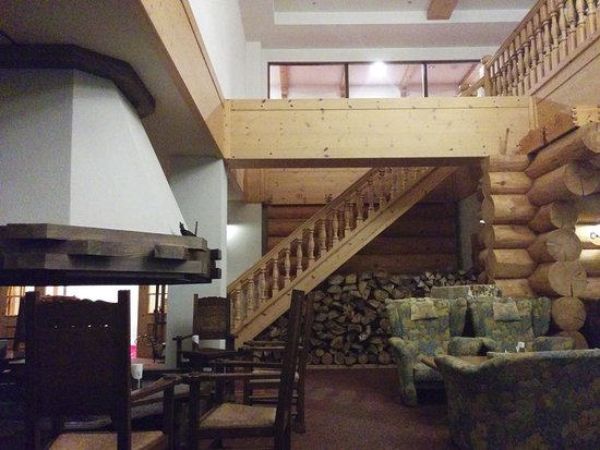 Hotel Grand Phenix Okushiga : 暖炉のあるラウンジ 階段の上は図書室
