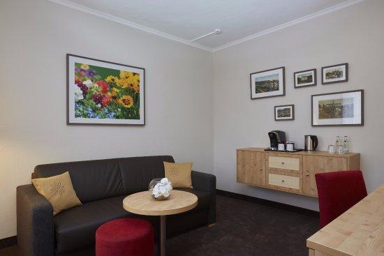 Sitzecke mit Kaffee & Teestation in der Suite Spiessberg vom H+ Hotel & SPA Friedrichroda