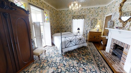 Hanna House Bed & Breakfast: German Mill room,  King bed spa tub separate shower, balcony