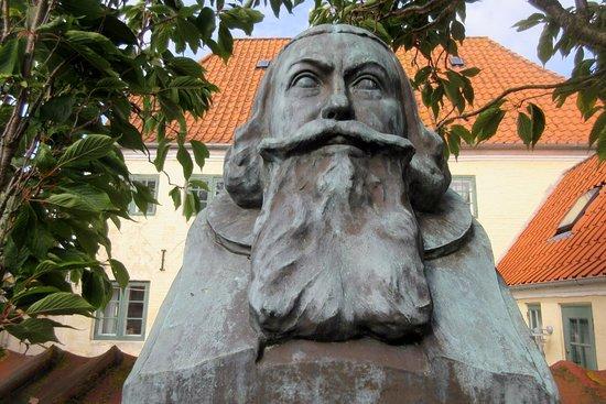 Aeroskobing, Denemarken: Busten af Anders Arrebo ved Ærøskøbing Kirke