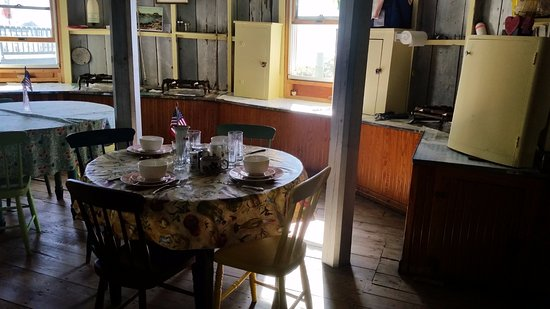 Peaks Island, Мэн: Kitchen/dining area