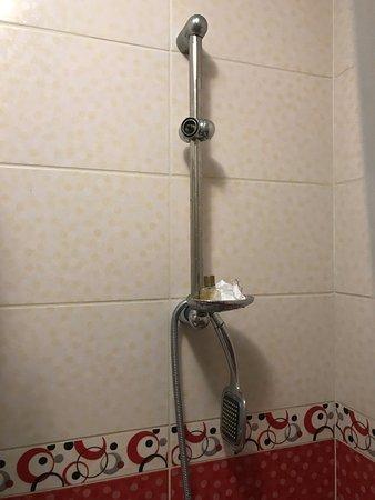 Blue Tuana Hotel: Broken shower