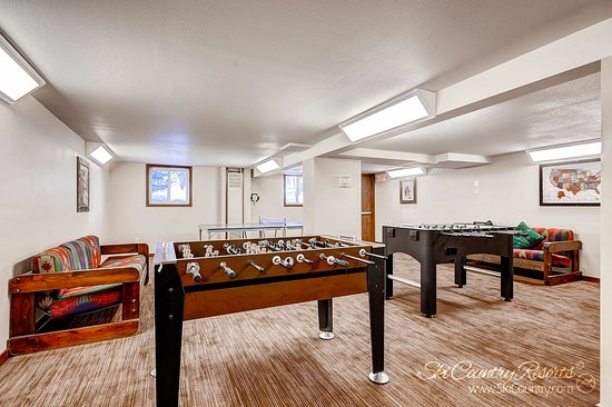 Park Meadows Lodge Breckenridge: ..At One of the Two Foosball Tables