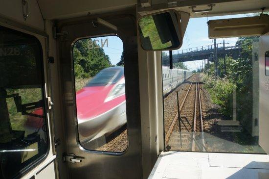 Tohoku, Japonia: 在来線区間を走る「こまち」在来線から撮影