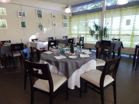 Gonfreville-l'Orcher, Francia: Une salle accueillante et lumineuse pour nos clients.