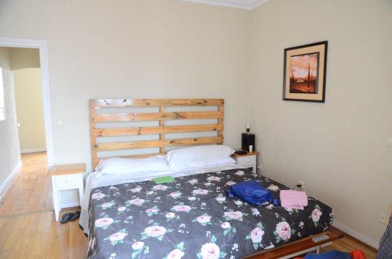 Hostal Madrid: La camera da letto, con letto assai ampio (ca 2 mt)