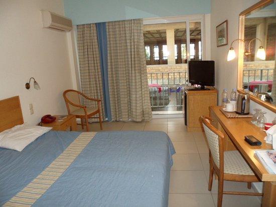 Coral Hotel: Вид со стороны входа в номер. За мной шкаф, прихожая и ванная комната.