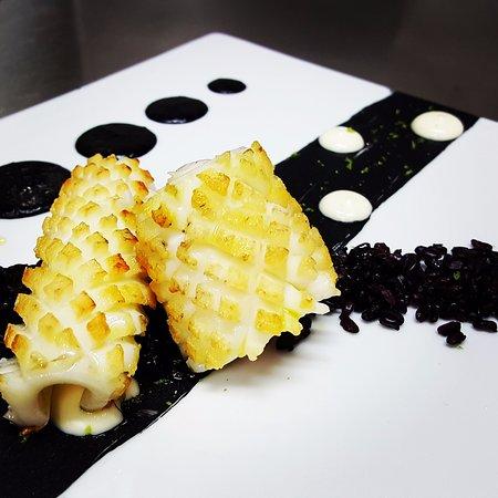 Calamar de Potera a la plancha con arroz negro salvaje, con su propia tinta de calamar y ali-oli