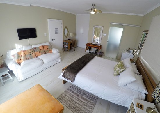 Dolphin Inn Guesthouse, Mouille Point: Spacious Sea Facing Room with built in cupboards, writing desk and comfortable couch.