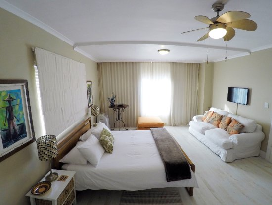 Dolphin Inn Guesthouse, Mouille Point: Spacious Sea Facing room, Fan, Aircon, LED TV, Free WIFI, Tea&Coffee, Mini Bar Fridge